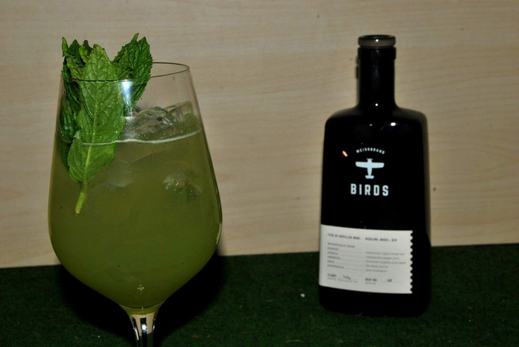 Der Summer Birds-Cocktail mit St. Germain-Likör, Birds, Minze, Basilikum und Limettensaft.