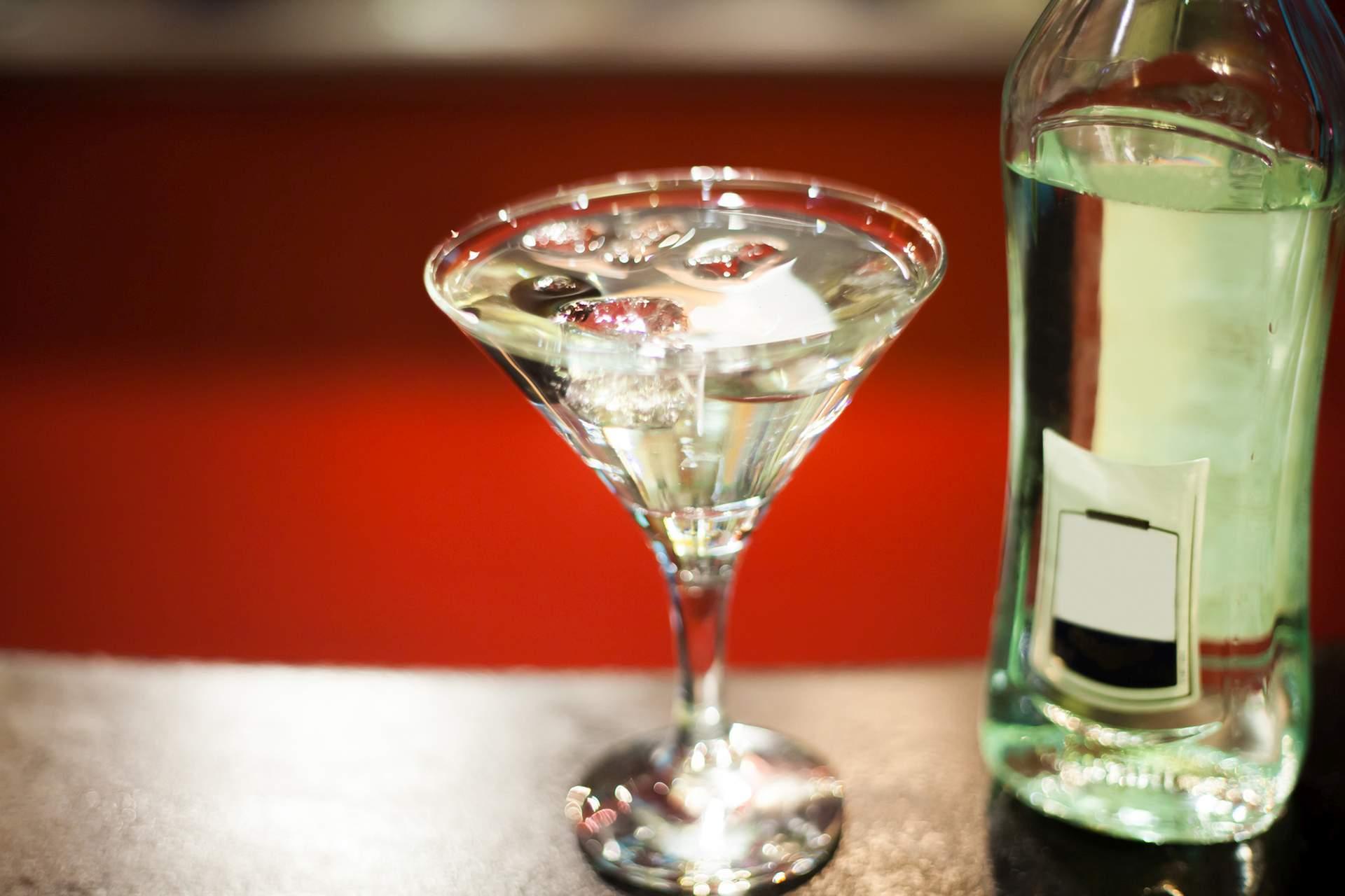 Ein Glas Martini mit Wermut. Quelle: Fotolia.com © fizkes