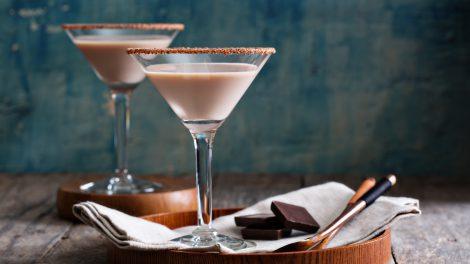 Ein Chocolate Martini mit einem hauchdünnen Rand aus Kakao, ohne Schokosoße. Weniger mächtig, aber edler. Quelle: Fotolia.com © fahrwasser