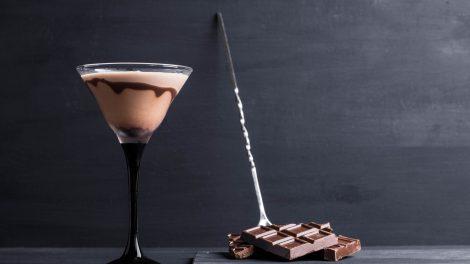 Ein eher simpel dekorierter Chocolate Martini mit Schokolade als Beilage. Quelle: Fotolia.com © maxandrew