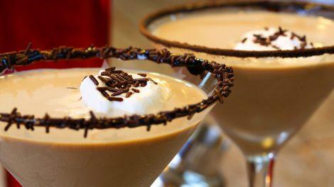 Ein Chocolate Martini mit einem Crusta aus Schokostreuseln und einem Klecks Sahne. Quelle: Fotolia.com © styxclick