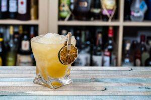 Ein Mai Tai erscheint im Vergleich zu anderen Tiki-Cocktails simpel - ist aber genau deswegen ein Balance-Monster.