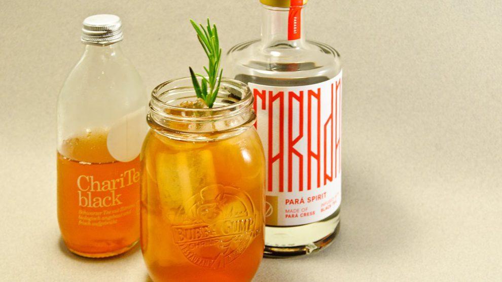 FARADAÍ mit Charitea Black ergibt einen erfrischenden, aber gleichzeitig herben Tee-Cocktail.