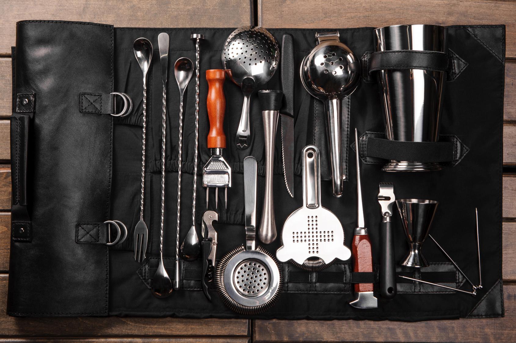 Ohne das richtige Barwerkzeug ist es schwierig, gute Cocktails zu mixen: Shaker, Jigger und Strainer sind das Minimum. Quelle: Fotolia.com © fesenko