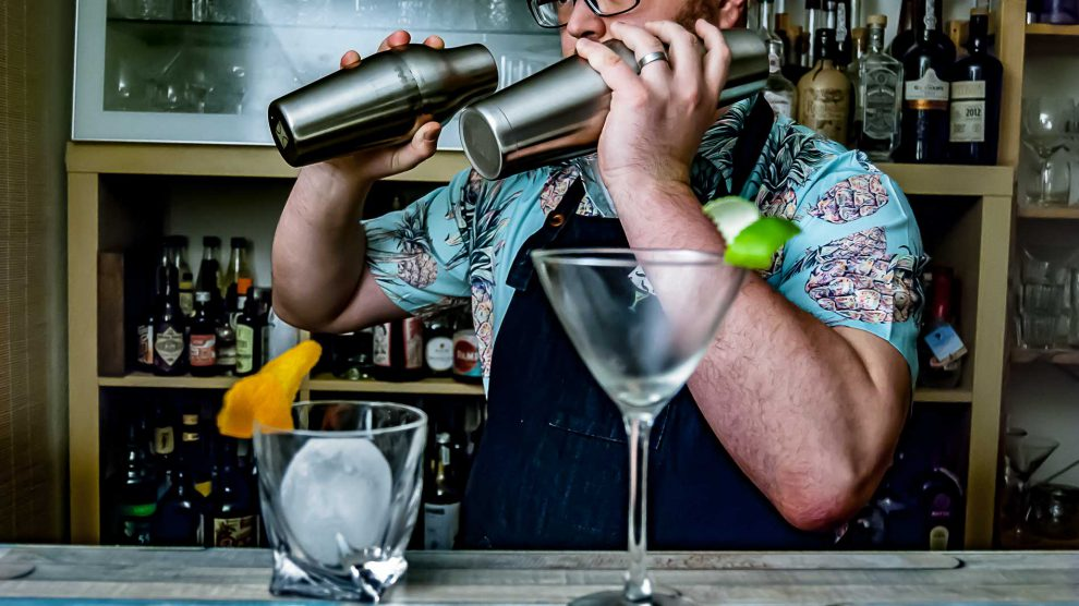 Cocktail-Shaker-Dual-Wielding ist unter Bartendern weit verbreitet. Bei denen sieht das aber meist besser aus als hier bei Johann.
