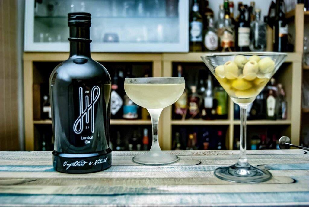 Hoos London Gin in einem Dirty Martini mit Oliven als kleines Side Dish. Ja, wir hatten Hunger.