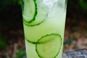 Cucumber Frog mit Wasabipaste, Gin, Basilikum und natürlich ganz viel Gurke.