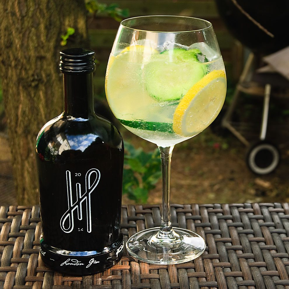 Hoos London Gin in einem sauleckeren Gin Tonic mit Zitrone UND Gurke.