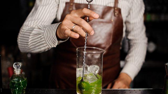 Beim Rühren kühlt euer Drink langsamer, bekommt aber weniger Schmelzwasser ab,, Quelle: Fotolia.com © fesenko