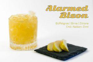 Den Cocktail Alarmed Bison reicht man normalerweise mit flambierten Birnen.