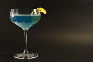 Die Farbpalette des Aviation-Cocktails reicht von grau über lilablassblau bis hin zu tiefem Blau.