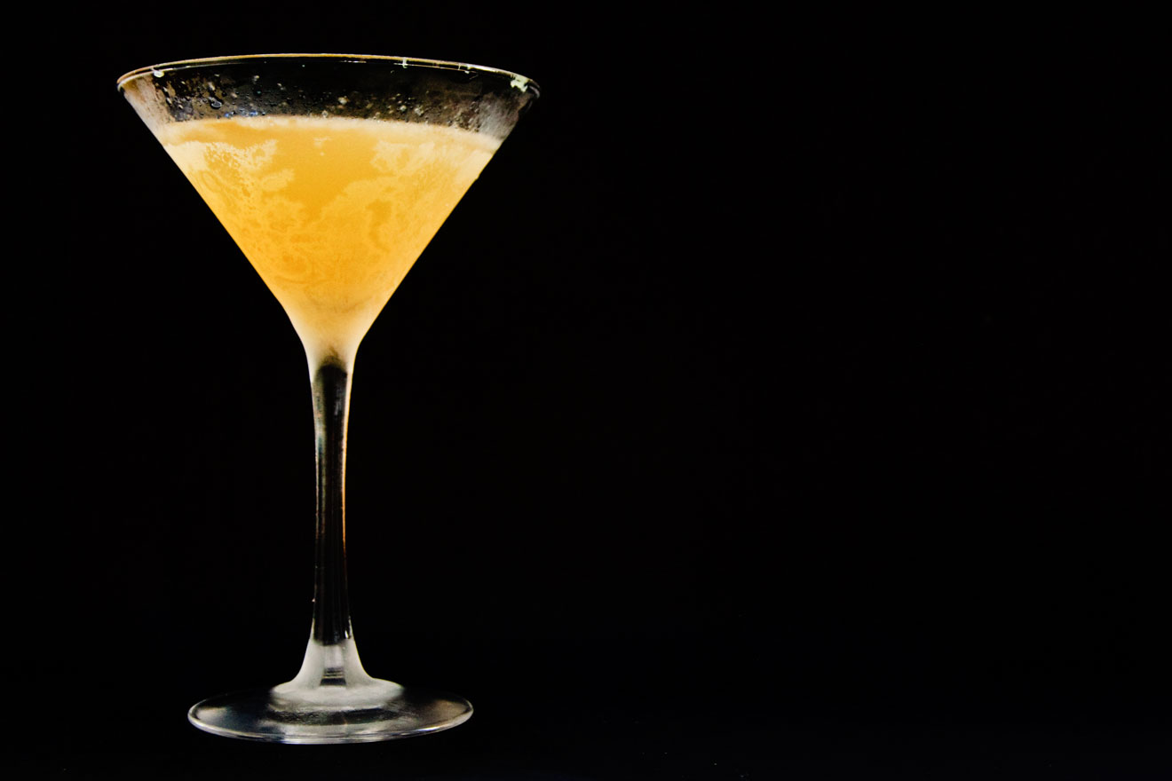 Die Hauptzutaten für den Royal Bermuda Yacht Club Cocktail sind Rum und Falernum, der ihm auch die gelbe Farbe spendiert.