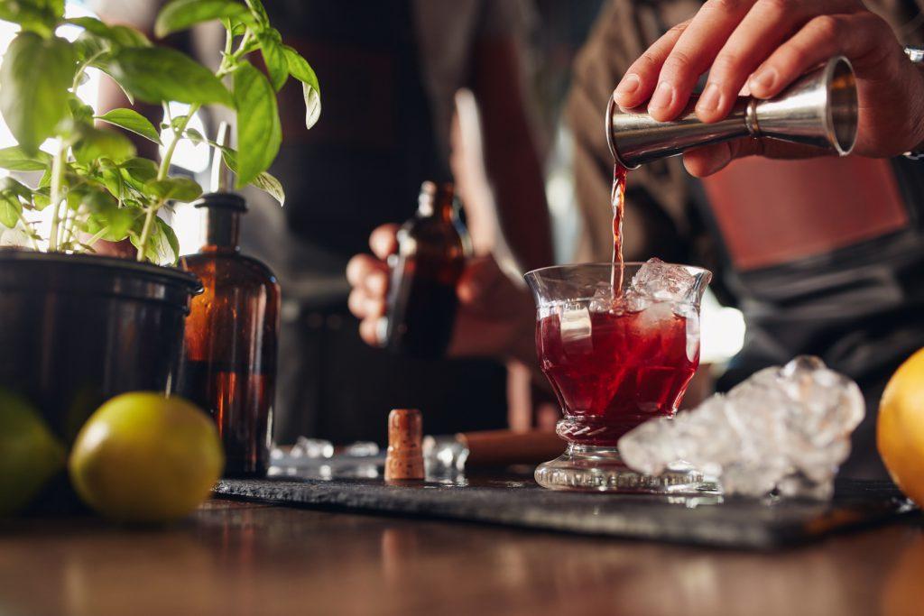 Benutzt man beim Mixen von Cocktails einen Jigger, sind die Drinks alle gleich gut. Quelle: Fotolia.com © Jacob Lund