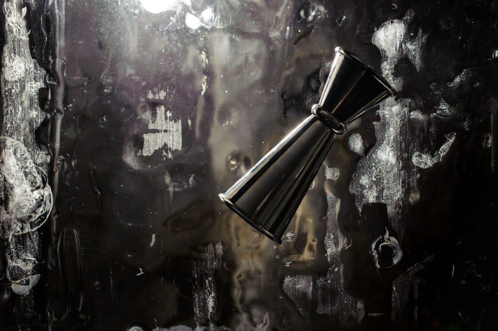 Jigger sind das Barmaß für Cocktails - und hohe, dünne wie dieser hier sind die präzisesten. Quelle: Fotolia © fesenko