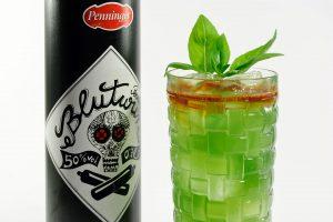 Der Cocktail Blood and Basil bekommt seine grüne Farbe durch ein Zusammenspiel aus Blutwurz, Apfelsaft und Blue Curaçao.