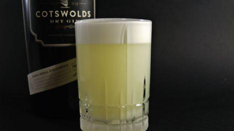 Cotswolds London Dry Gin in einem Silver Fizz mit Ei, Zitrone, Zuckerksirup und Wasser.