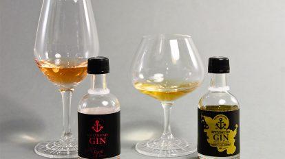 Die Limited Editions des Spitzmunds Gins: ein fassgelagerter Gin und einer mit frischen Erdbeeren.