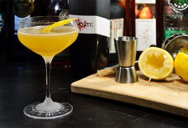 Der Between the Sheets sieht lockerleicht aus, ist aber mit Cognac und Rum ein Cocktail, der reinhaut.