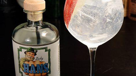 Einen Lucky Hans-Gin Tonic mixt man mit klassischen Tonics und garniert ihn mit einer Apfelspalte.