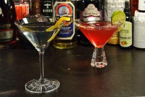 Martinigläser nutzt man natürlich für Martinis, aber auch für diverse andere Drinks. Hier im Bild: Ein Perfect Serve Cocktailglas (vorn) von Spiegelau und ein Nachtmann Havanna (hinten) - beide individuell und robust und im Shop von Nachtmann und Spiegelau zu haben