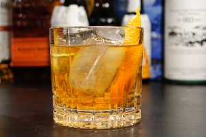 Ein Old Fashioned mit Orangenzeste, Bourbon und Angostura Bitters.