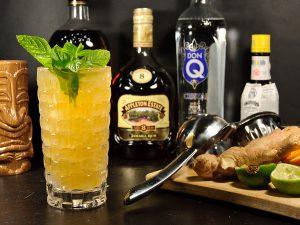 Der Tiki-Cocktail Q.B. Cooler besteht aus verflucht vielen Zutaten. Im Rezept sind allein drei Sorten Rum.