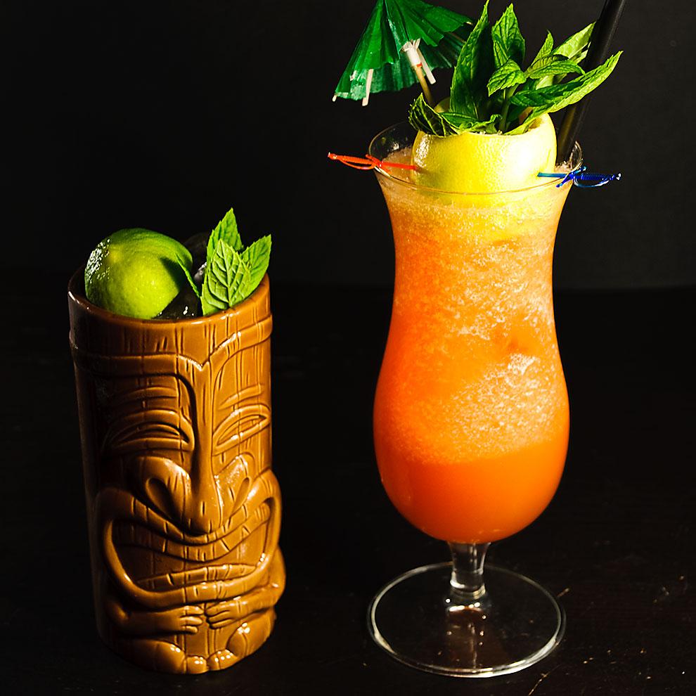 Welche Farbe euer Zombie-Cocktail am Ende hat, hängt hauptsächlich vom verwendeten Rezept ab. Serviert ihr ihn im Tiki-Mug, ist sie aber eh wurscht.