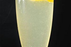 Der French 75 besteht aus Gin, Zitronensaft und Champagner. Damit ist er sowas wie ein Schaumwein-Gin Tonic.