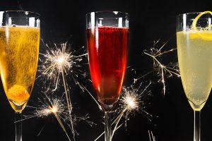 Die besten Champagner-Cocktails für Silvester (von links nach rechts): Champagne Cocktail, Kir Royal und French 75.