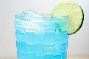 Der Electric Iced Tea mit Blue Curaçao statt Triple Sec und Spritze statt Cola sieht spannend aus, aber auch so künstlich, wie er schmeckt.