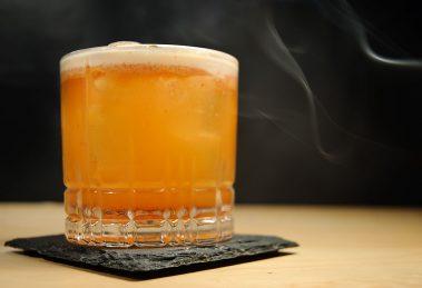 Der Islay Storm stammt aus der Charles Bar in Wittenberg - wir versuchen, den Cocktail anhand der Beschreibung in der Barkarte nachzubauen.