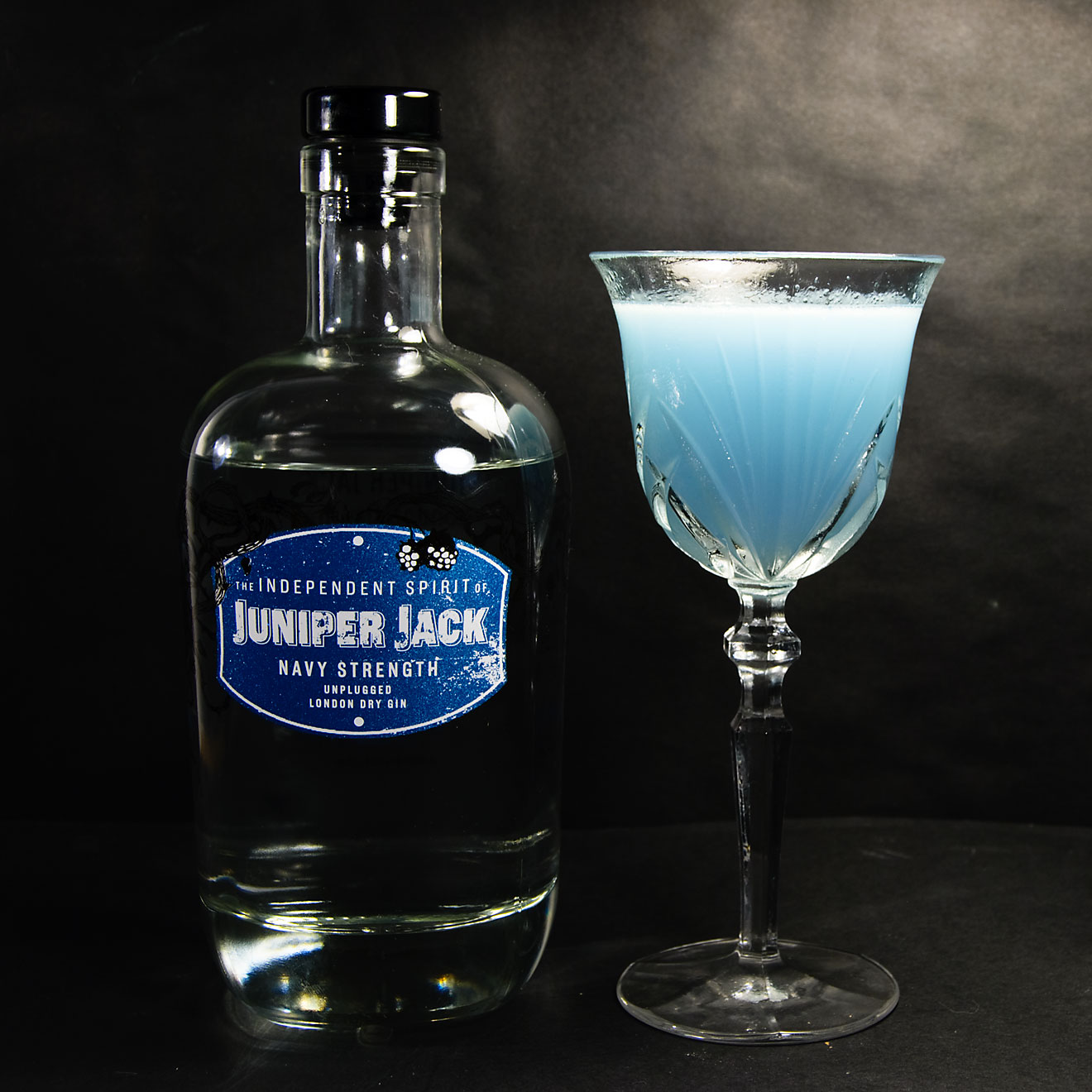 Juniper Jack Navy Strength in einem Aviation mit Maraschino und Violet Liqueur.