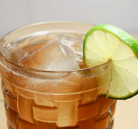 Der Long Island Iced Tea besteht aus Cola, Rum, Tequila, Triple Sec, Wodka, Gin und Limettensaft.