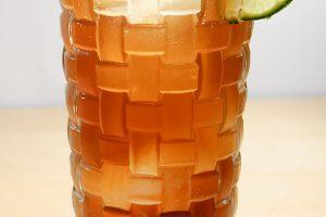 Ein Limettenrad als Garnitur am Long Island Iced Tea sieht schicker aus als die Limettenviertel im Drink.