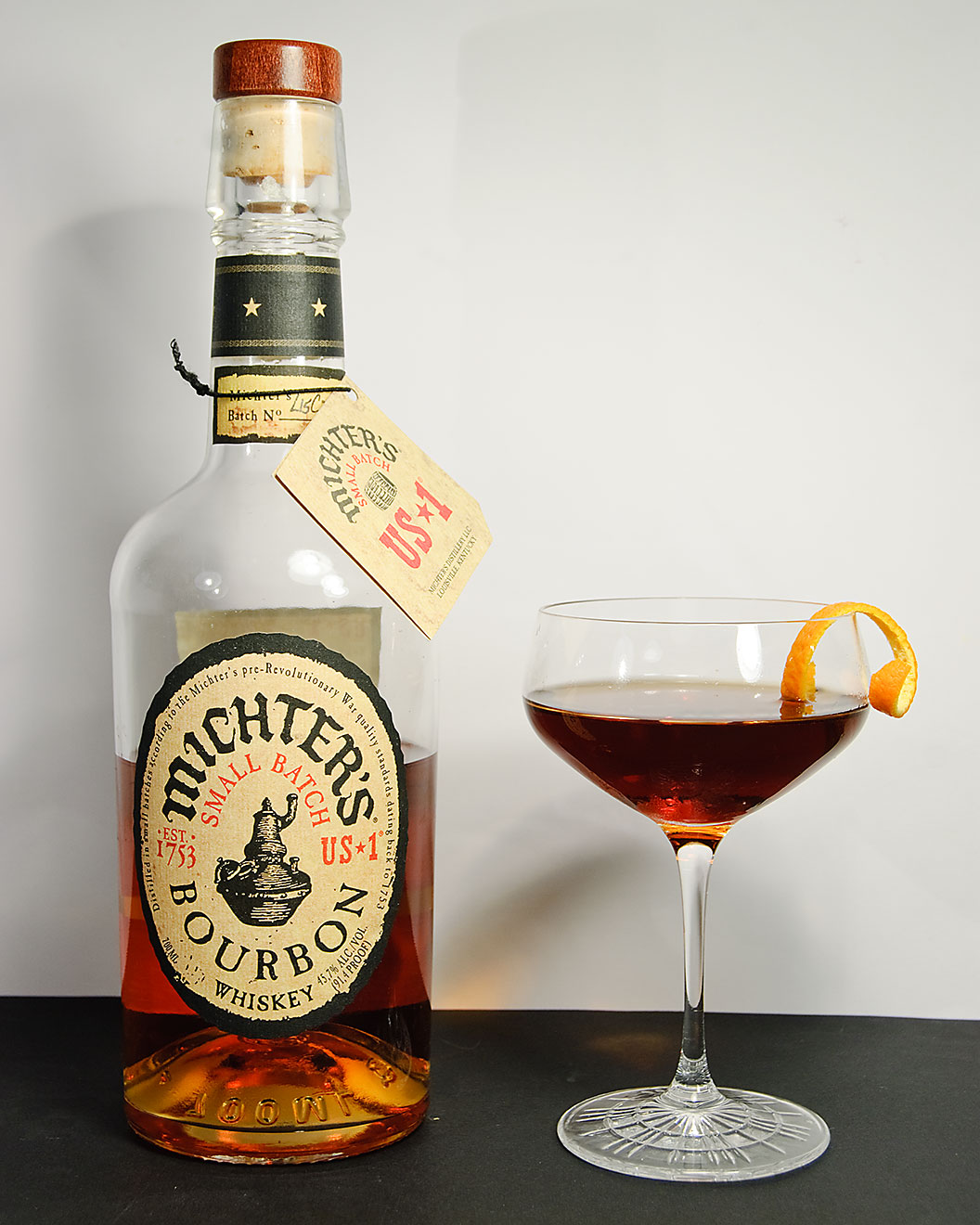 Michter's US *1 Small Batch Bourbon Whiskey in einem Revolver Cocktail mit Kaffeelikör und Orange Bitters.