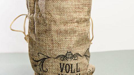 Der Vollkorn kommt im schicken Jutesack. So kann man ihn zärtlich entkleiden vor dem Trinken. Wenn man das will.