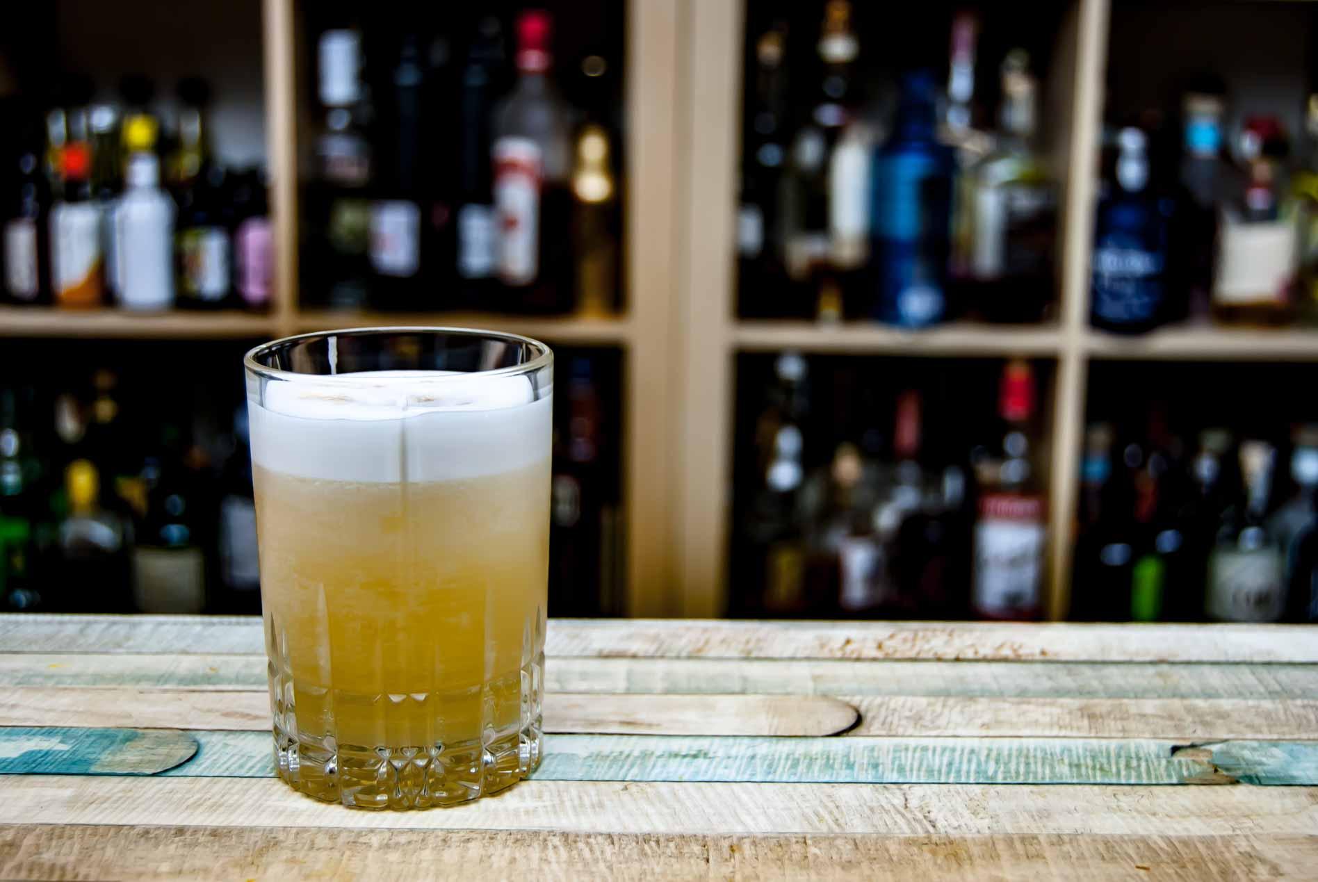 Pisco Sours lassen sich in speziellen Pisco-Gläsern, Highball-Gläsern oder kleinen Tumblern mixen.