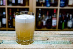 Die Garnitur für einen peruanischen Pisco Sour sind drei Spritzer Cocktail Bitters.