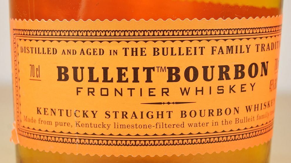 Bulleit Bourbon Frontier Whiskey funktioniert auch pur, ist aber vor allem der Preis-Leistungs-Knaller für Whiskey-Cocktails.