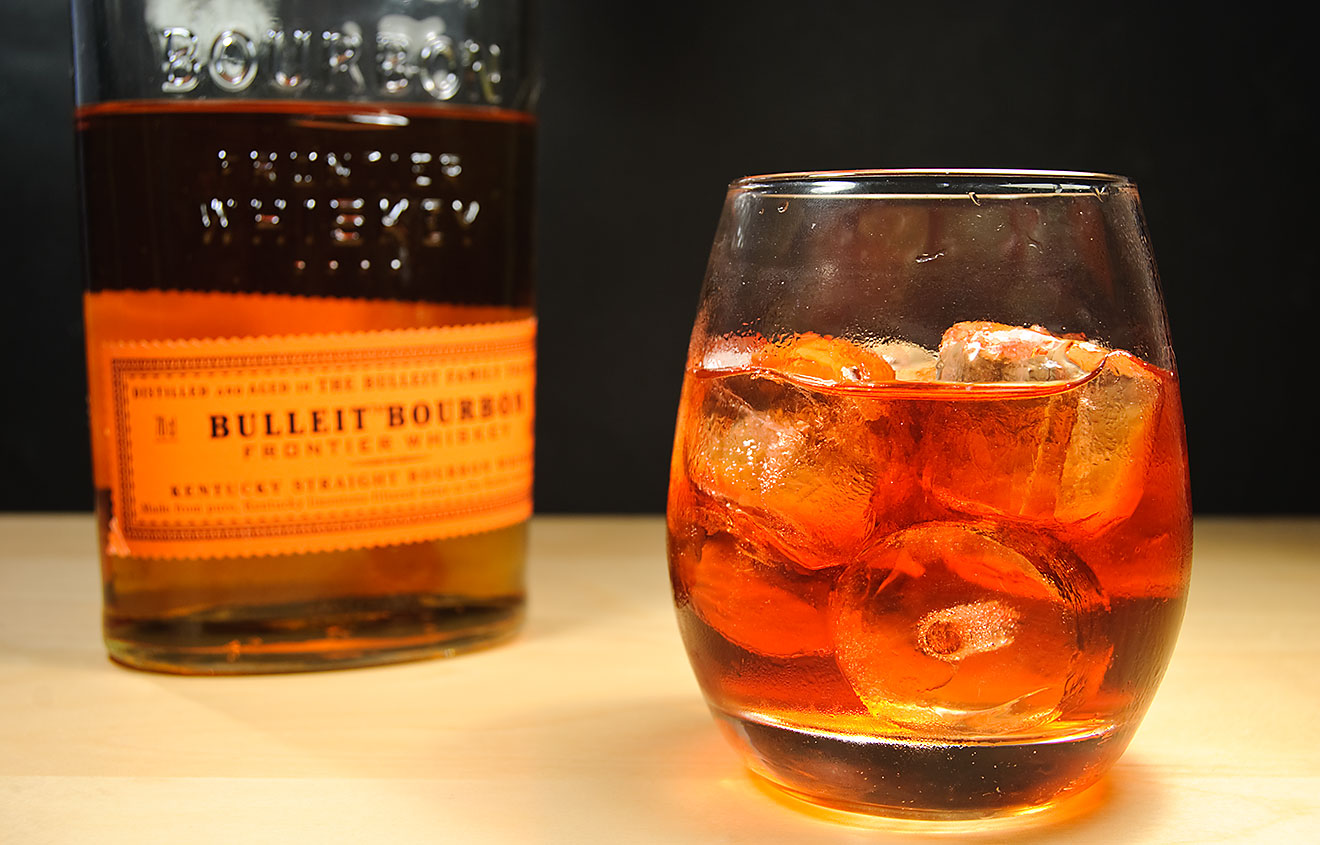 Bulleit Bourbon Frontier Whiskey in einem Boulevardier - einem Cocktail aus Whiskey, Campari und rotem Wermut.