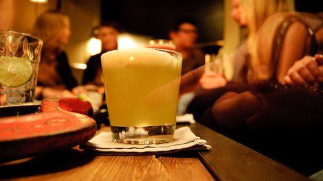 Ein A(r)pium aus frischem Selleriesaft, Gin und Eiweiß in Jaded Monkey in München.