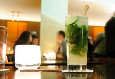 Der London Leaves ist ein Cocktail, der in den 2000ern in der Schumann's Bar erfunden wurde und er besteht aus Apfelsaft, Minze, Gurke, Gin, Limettensaft, Zuckersirup und Wasser.