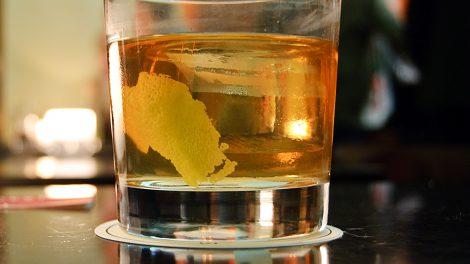 Ein Sazerac in der Schumann's Bar, ein Cocktail den es seit dem 19. Jahrhundert gibt: Rye Whisky, Absinth, Bitters, mit einem großen Eiswürfel und einer Zitronenzeste.