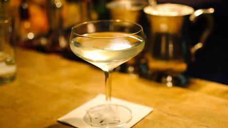 Der Ghost Reviver No. 69 aus der Goldenen Bar in München ist ein Cocktails aus Absinth und Kümmel - und trotzdem irre weich und rund.