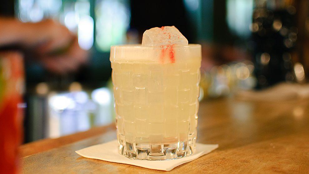 Der Haus der Kunst-Cocktail ist der Signature Drink der Goldenen Bar in München und besteht unter anderem aus Champagner und Gin Tonic-Espuma.