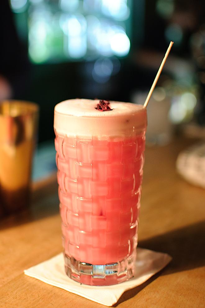 Der Royal Hibisco Gin Fizz bestehtt aus Hibiskus Cold Drip, Sodawasser und einem ganzen Ei - ein irre erfrischender Drink aus der Goldenen Bar in München.