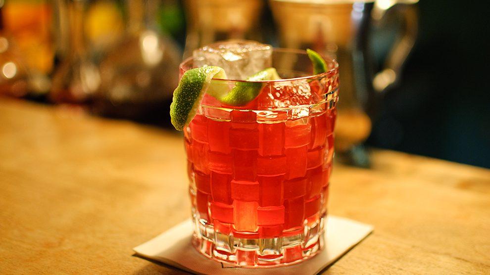 Der Beat Root aus der Goldenen Bar in München ist ein Cocktail mit Rote Beete Cold Drip.