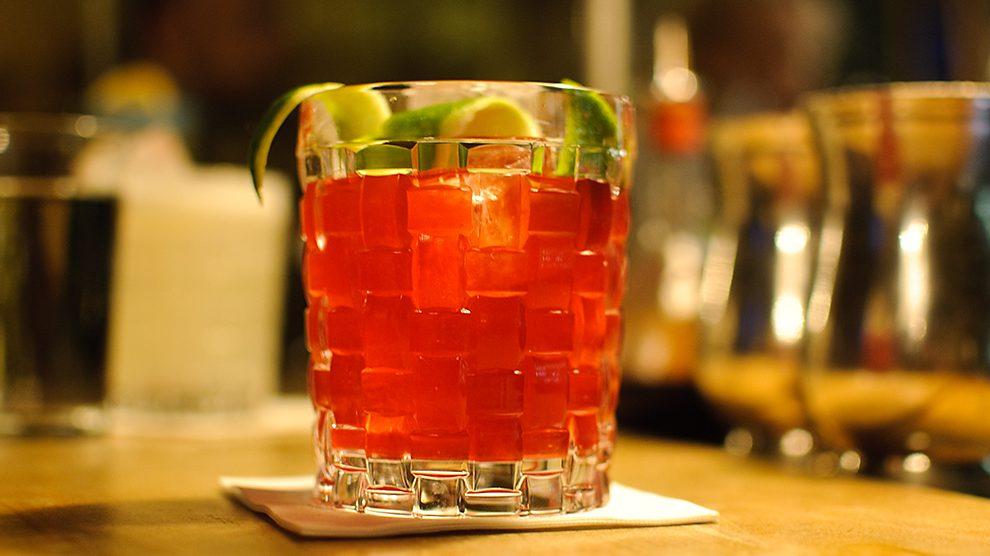 Der Beat Root aus der Goldenen Bar in München beeindruckt mit erdig-fruchtigen Cocktail-Noten.