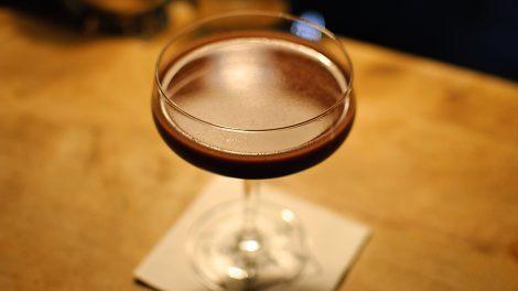 Der Chocolate Cocktail aus der Goldenen Bar in München wird von uns liebevoll Chocolate-Inferno getauft und besteht unter anderem aus Portwein, und Kakaopulver.