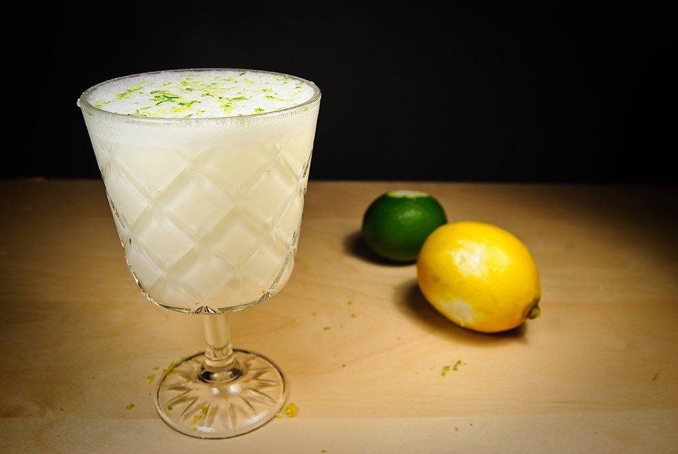 Der Ramos Gin Fizz ist der Gin Fizz für Profis - und Leute, die verstehen, warum man in einem Cocktail Limetten- UND Zitronensaft braucht.